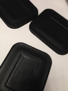 Tapaderas de acero inoxidable pintadas con pintura de yeso.